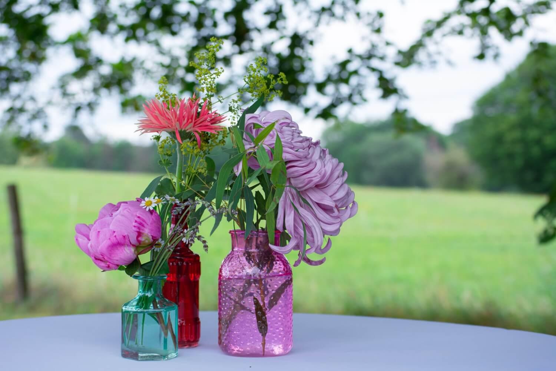 Florale Tischdeko Outdoor-Hochzeit – gesehen bei frauimmer-herrewig.de