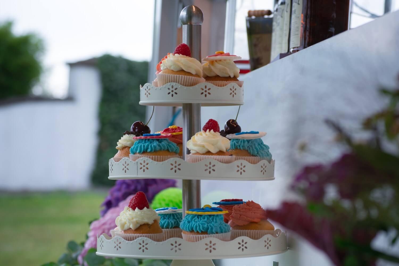 Bunte Cupcakes Hochzeit – gesehen bei frauimmer-herrewig.de