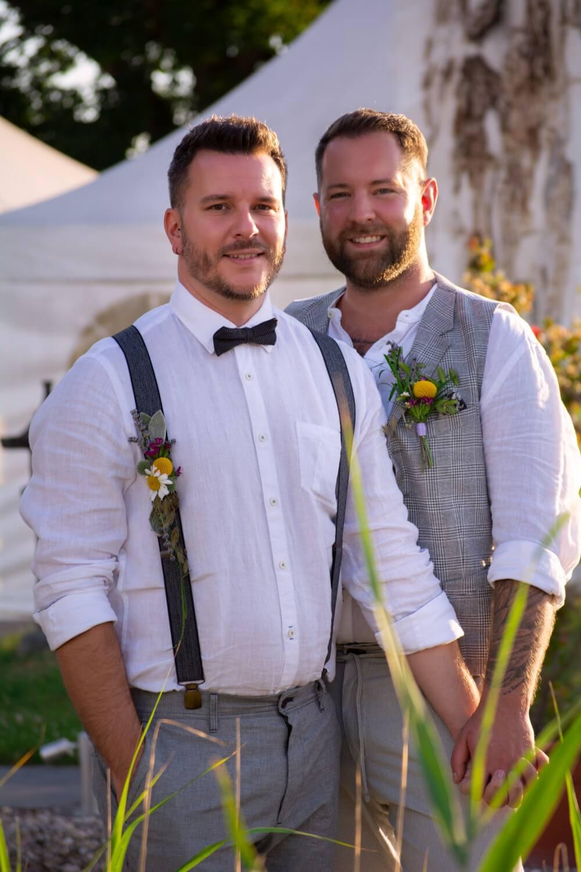 Bräutigam und Bräutigam heiraten – gesehen bei frauimmer-herrewig.de