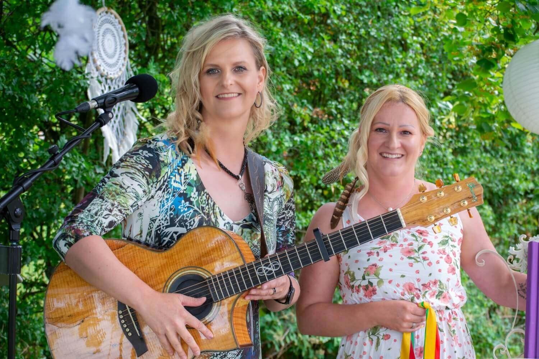 Hochzeitsmusikerin Teneja und Traurednerin Nadine Jungbecker – gesehen bei frauimmer-herrewig.de