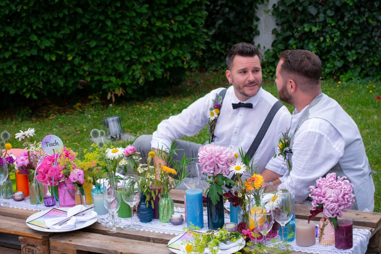 Bunte Tischdeko mit Blumen Boho-Hochzeit im Freien – gesehen bei frauimmer-herrewig.de