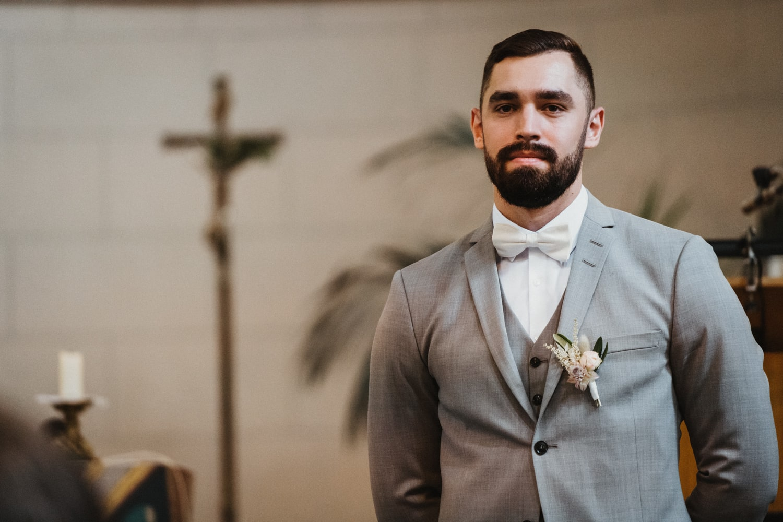 Bräutigam wartet vor Altar – gesehen bei frauimmer-herrewig.de