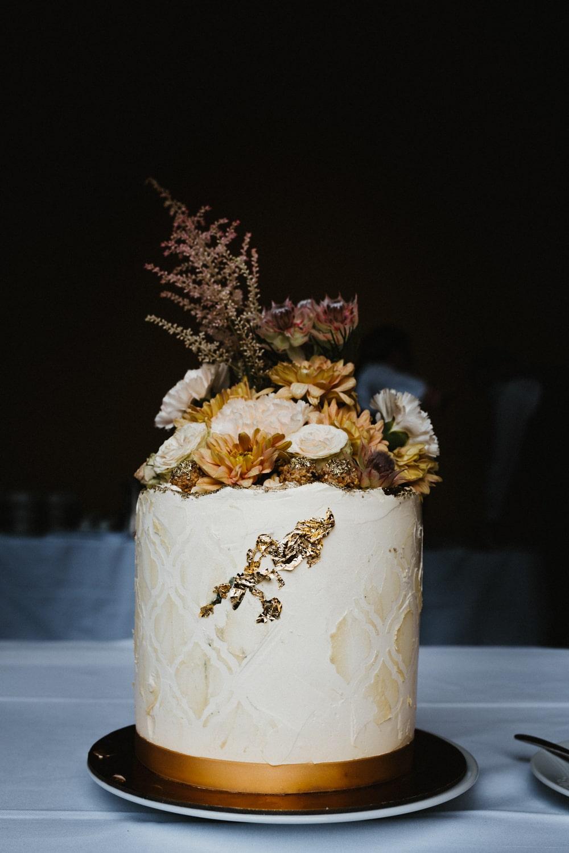 Hochzeitstorte mit Blumen in Weiß – gesehen bei frauimmer-herrewig.de