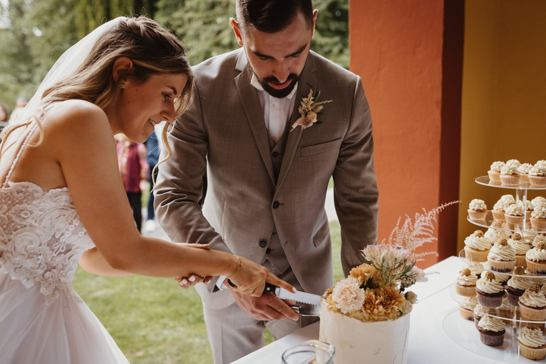 Hochzeitstorte anschneiden – gesehen bei frauimmer-herrewig.de