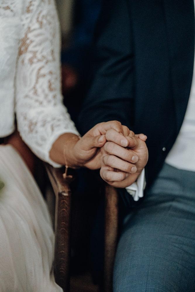 Hände des Brautpaars bei Trauung – gesehen bei frauimmer-herrewig.de