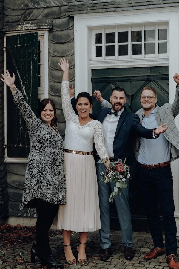 Fotoshooting mit Trauzeugen und Brautpaar nach Trauung – gesehen bei frauimmer-herrewig.de