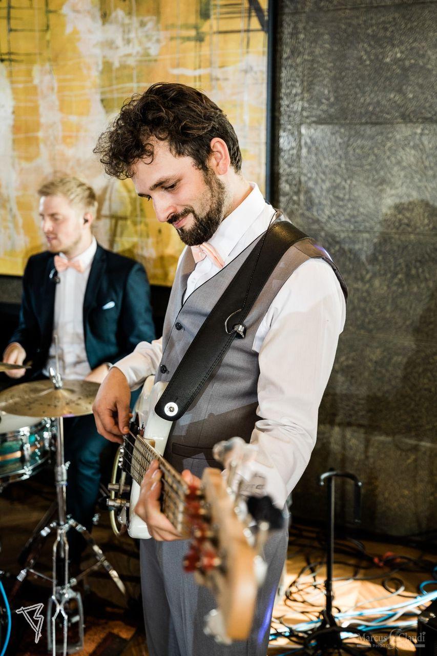 Bassist auf Hochzeit – gesehen bei frauimmer-herrewig.de