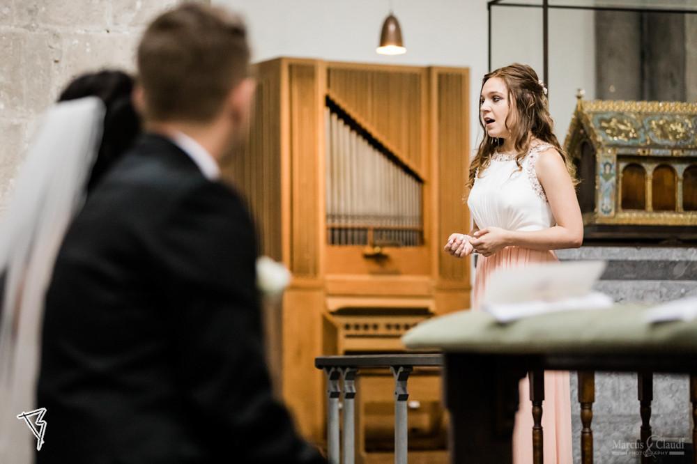 Sängerin bei der kirchlichen Trauung – gesehen bei frauimmer-herrewig.de