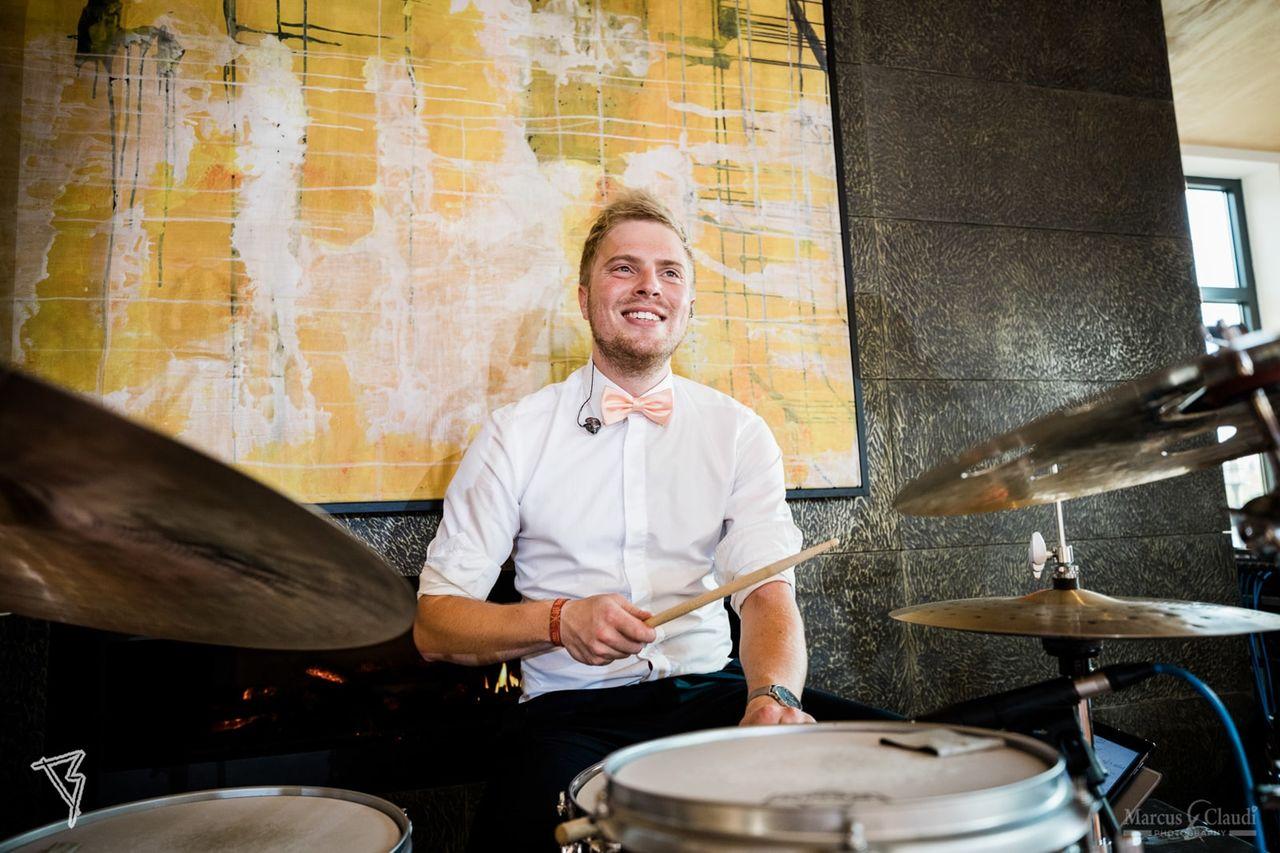 Schlagzeuger auf einer Hochzeit – gesehen bei frauimmer-herrewig.de