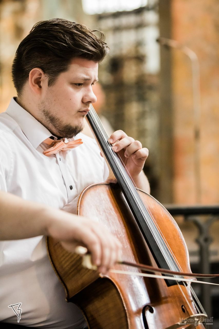 Cellist spielt Hochzeitsmusik – gesehen bei frauimmer-herrewig.de