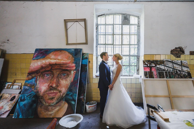 Hochzeitsfotoshooting im Künstleratelier – gesehen bei frauimmer-herrewig.de