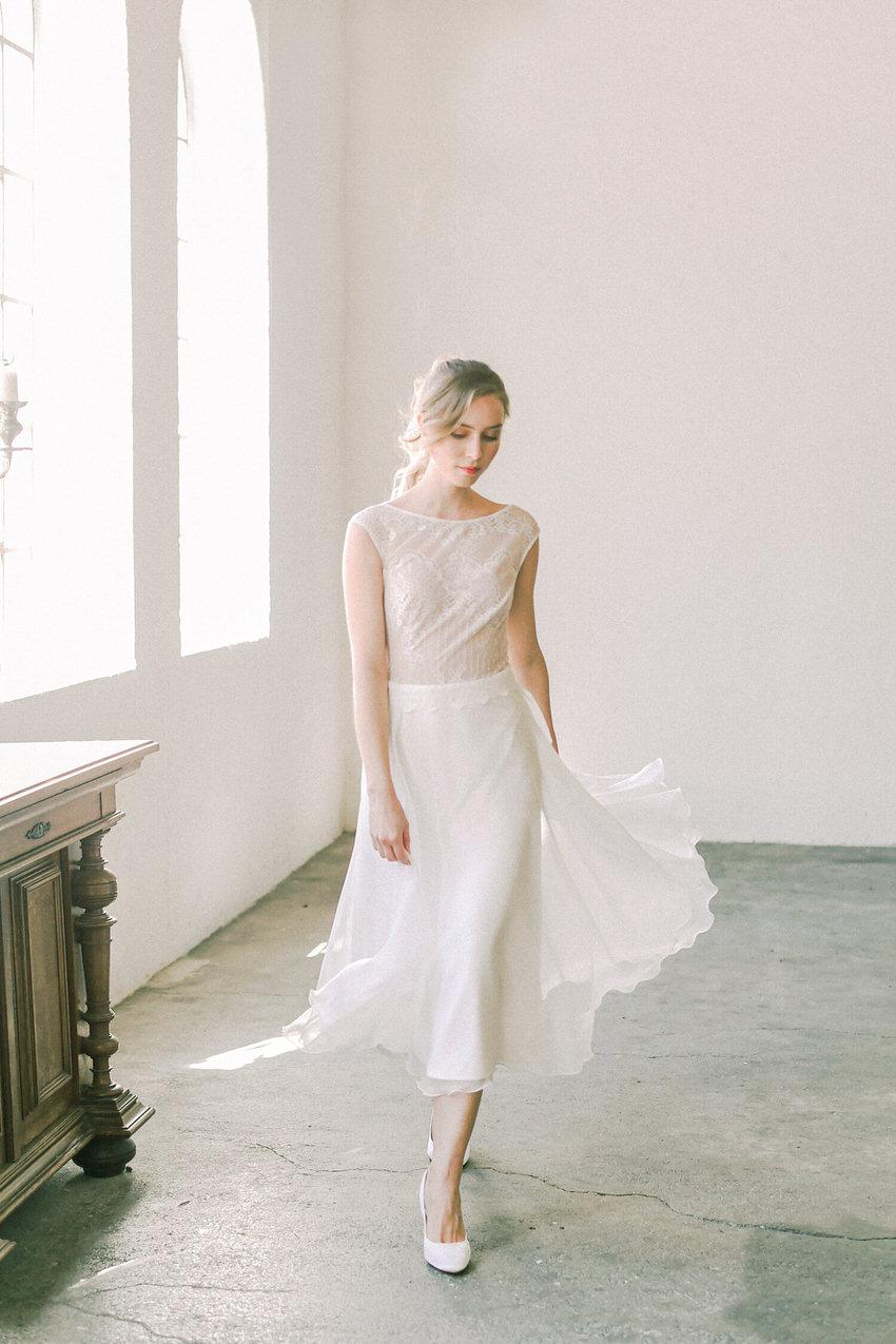Midi-Hochzeitskleid mit feiner Spitze – gesehen bei frauimmer-herrewig.de
