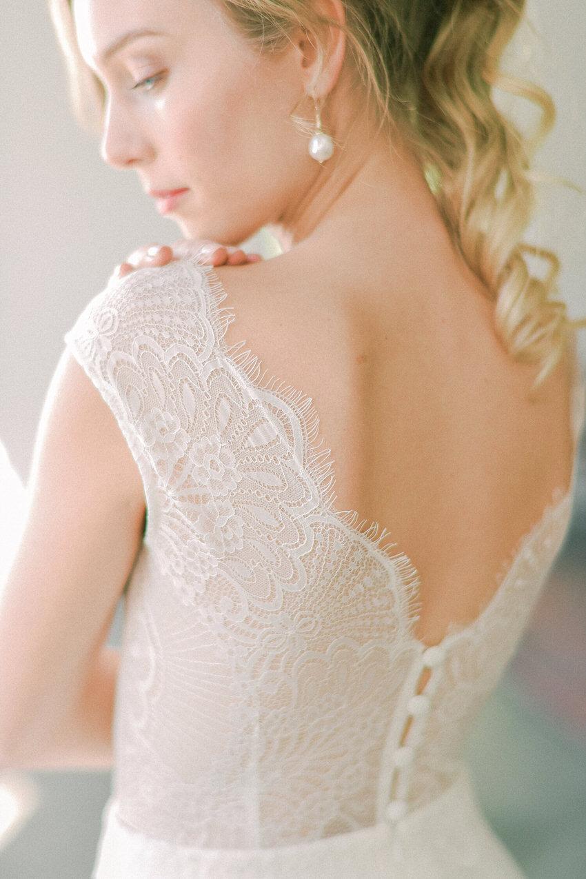 kurzes Hochzeitskleid mit V-Rückenausschnitt – gesehen bei frauimmer-herrewig.de