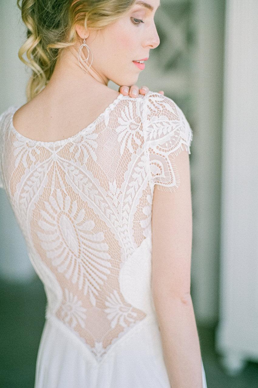 langes Brautkleid mit Spitze Rückenansicht – gesehen bei frauimmer-herrewig.de