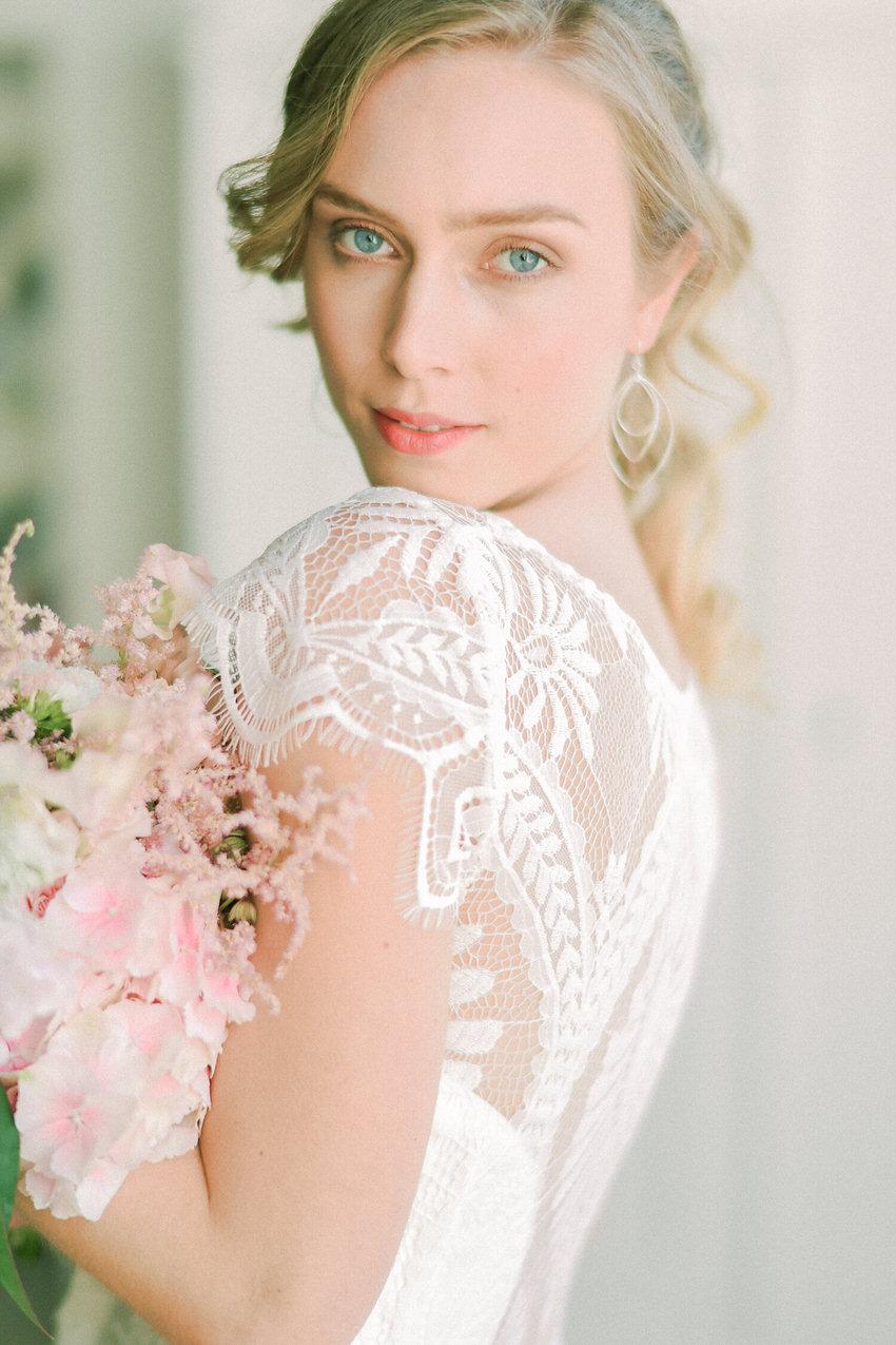 langes Brautkleid mit Flügelärmelchen aus Spitze – gesehen bei frauimmer-herrewig.de