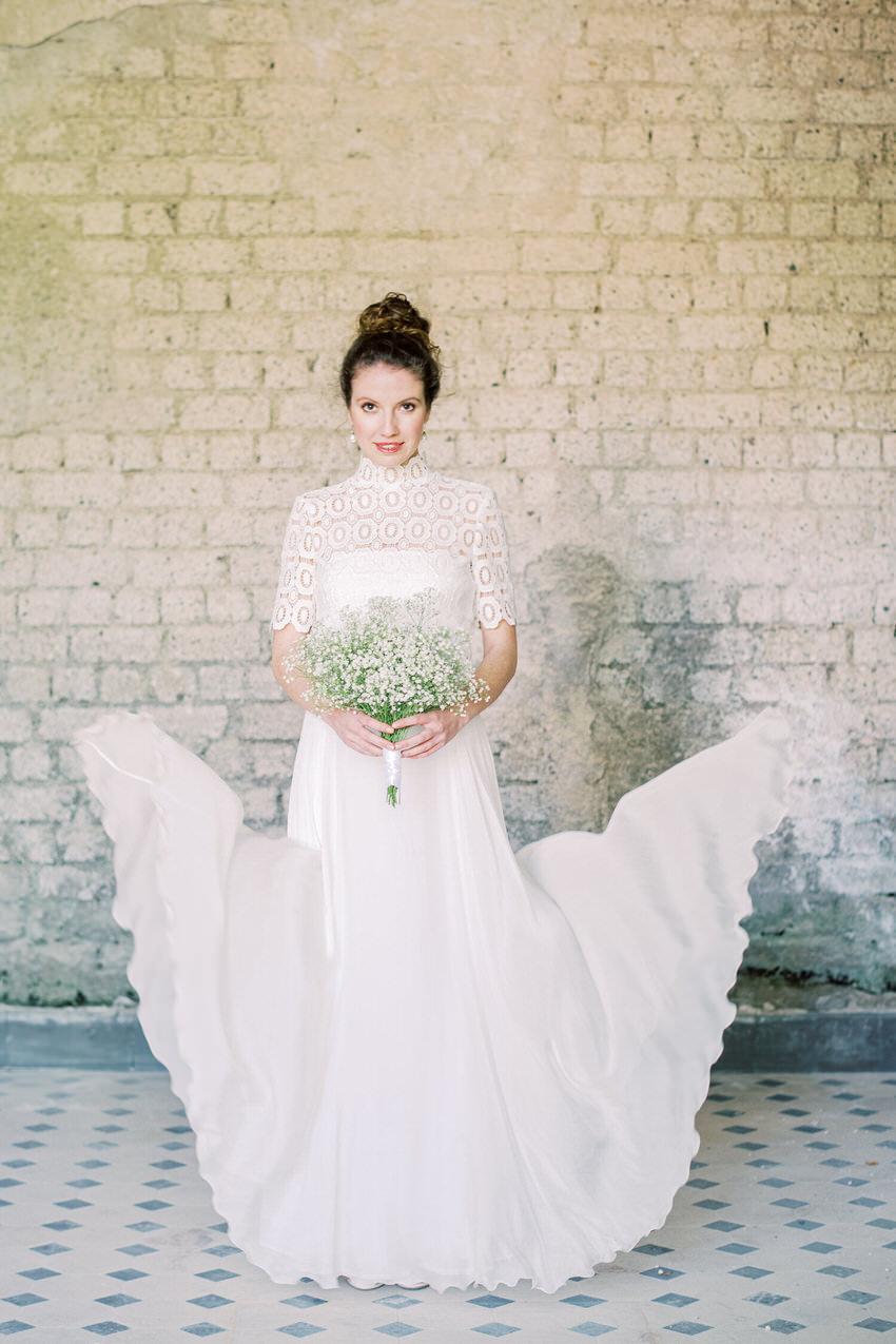 Braut mit Brautstrauß und hochgeschlossenem Brautkleid – gesehen bei frauimmer-herrewig.de