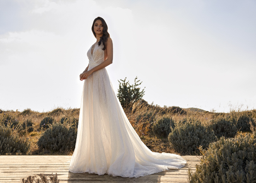 Braut in langem Brautkleid mit zartem Rock – gesehen bei frauimmer-herrewig.de