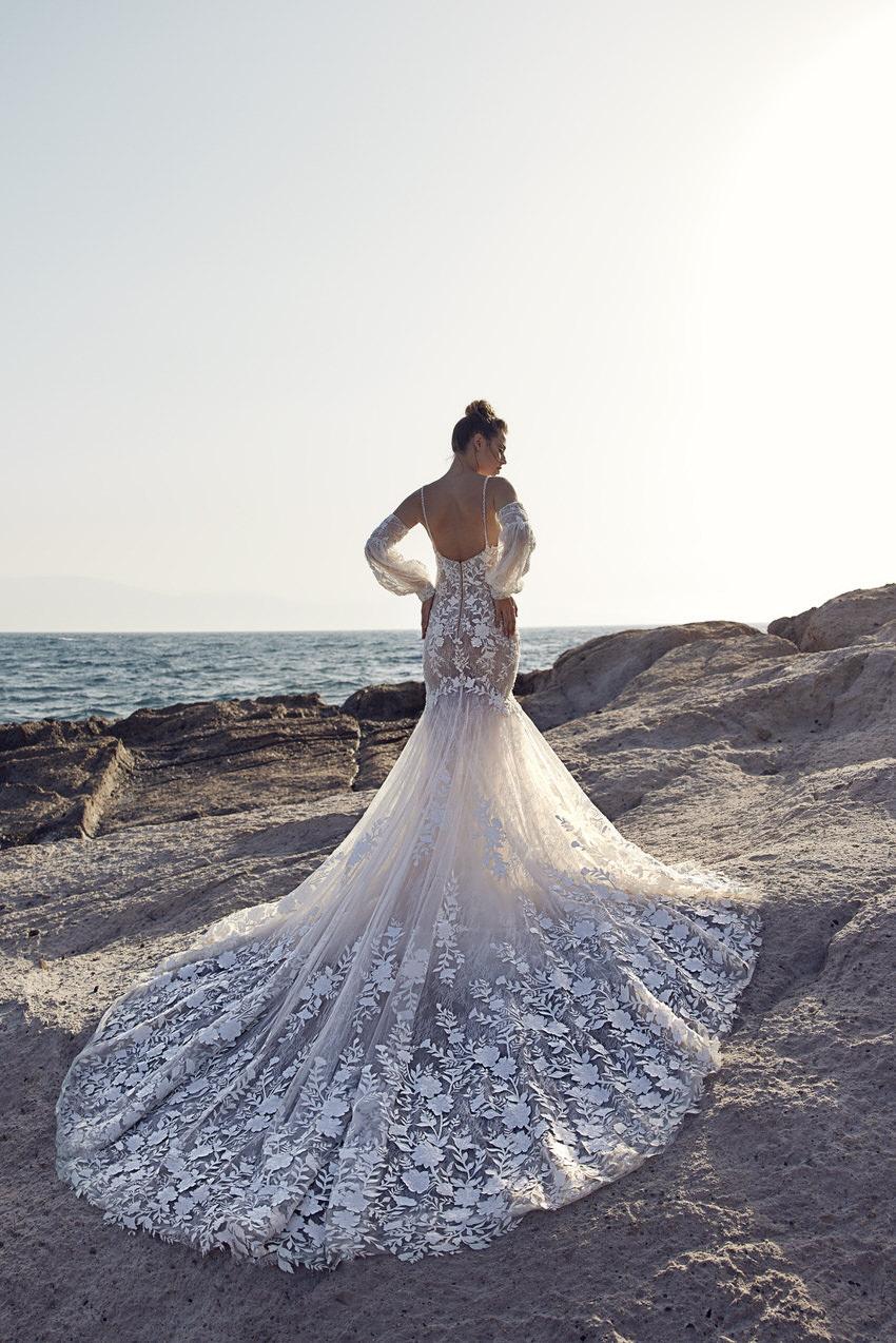 weißes Hochzeitskleid mit langer Schleppe – gesehen bei frauimmer-herrewig.de