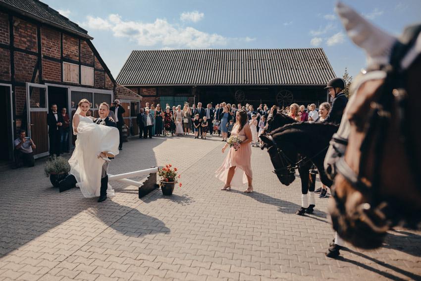 Empfang Brautpaar im Hof – gesehen bei frauimmer-herrewig.de