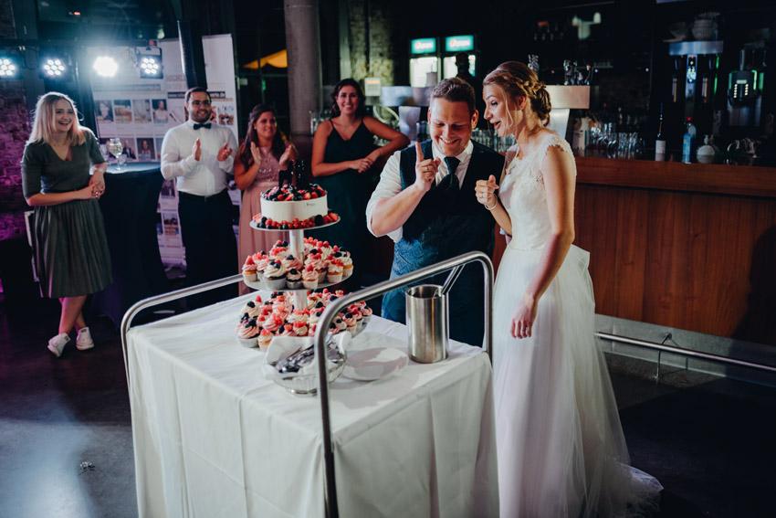 Brautpaar mit Hochzeitstorte – gesehen bei frauimmer-herrewig.de
