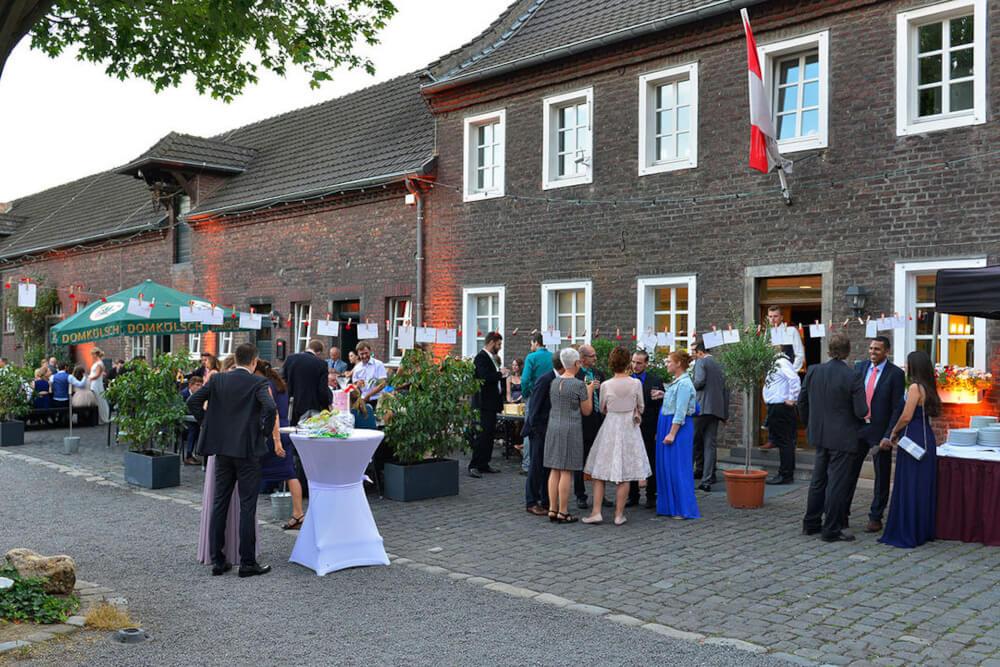 Hochzeitsgesellschaft im Innenhof – gesehen bei frauimmer-herrewig.de