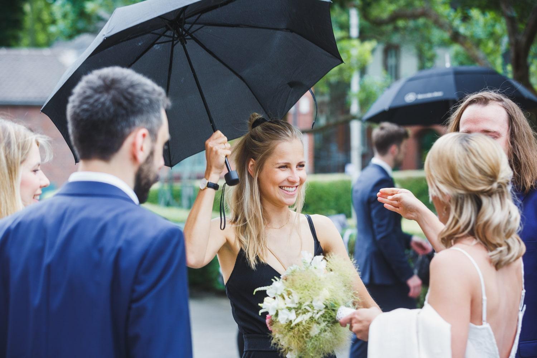 Hochzeitsempfang im Regen – gesehen bei frauimmer-herrewig.de