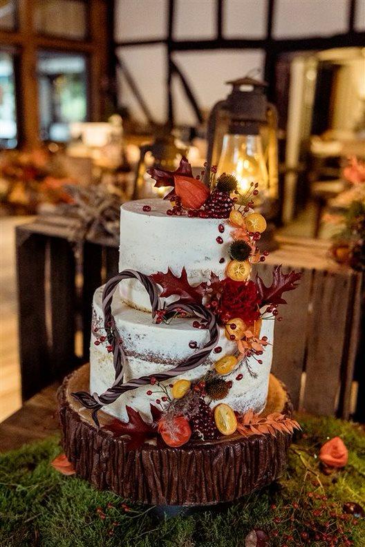 Mehrstöckige Hochzeitstorte in Herbsttönen – gesehen bei frauimmer-herrewig.de