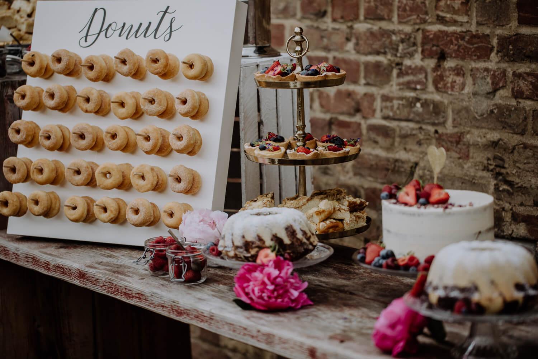 Kuchenbuffet mit Donuts – gesehen bei frauimmer-herrewig.de