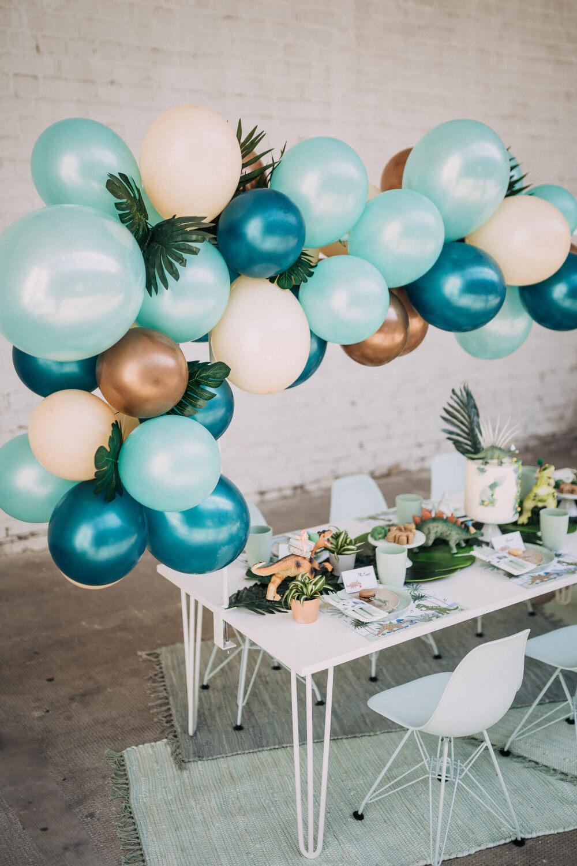 Kindertisch mit Dinodeko und Luftballons – gesehen bei frauimmer-herrewig.de