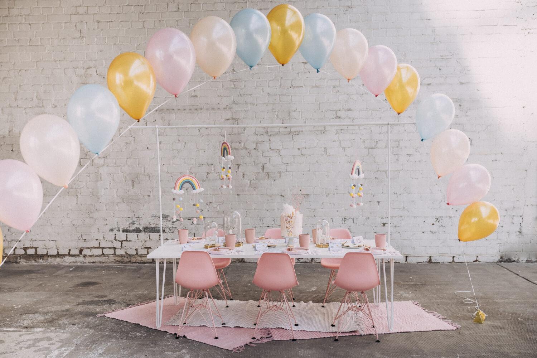 Rosa Kindertisch mit Luftballons – gesehen bei frauimmer-herrewig.de