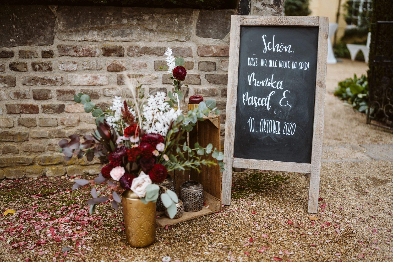 Willkommensschild für die Hochzeit – gesehen bei frauimmer-herrewig.de