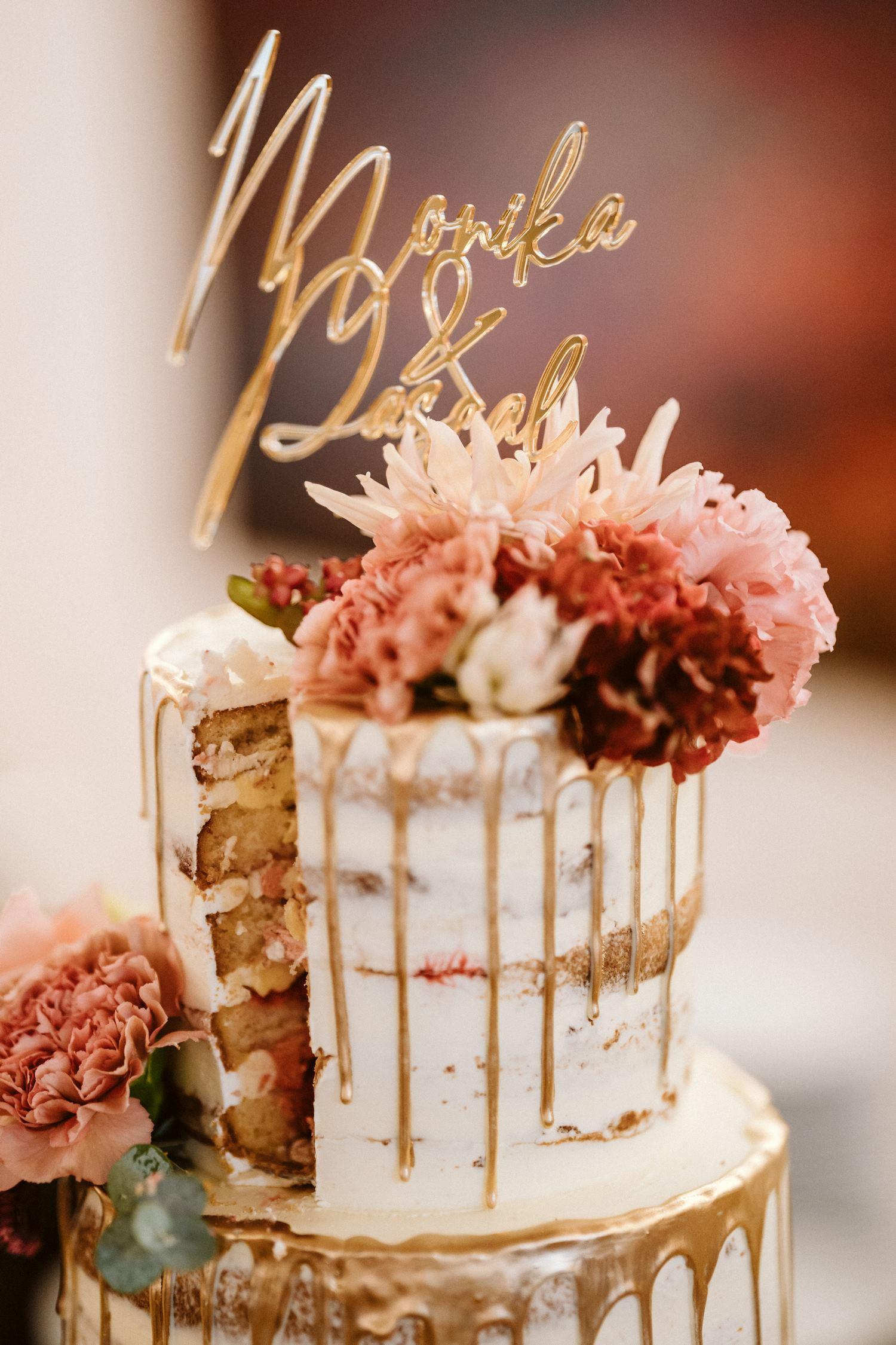 mehrstöckige, weiße Hochzeitstorte mit Blumen – gesehen bei frauimmer-herrewig.de
