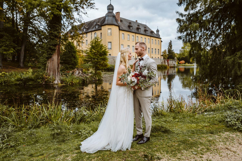 Hochzeitsfotoshooting auf dem Außengelände des Schloss Dyck – gesehen bei frauimmer-herrewig.de