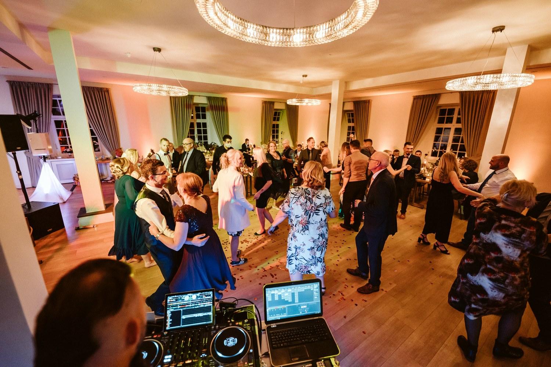 Hochzeitsfeier mit voller Tanzfläche – gesehen bei frauimmer-herrewig.de