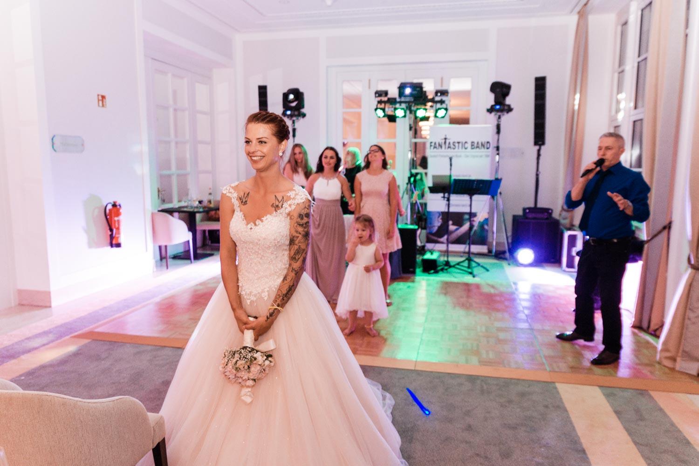 Braut wirft Brauttrauß – gesehen bei frauimmer-herrewig.de