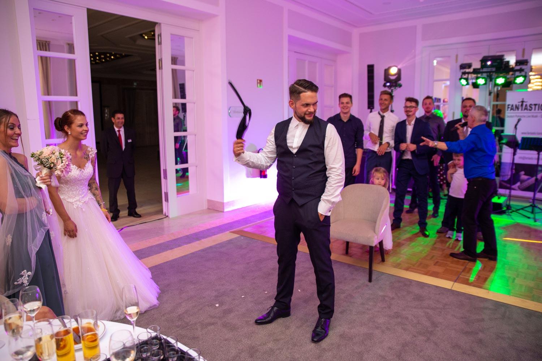 Bräutigam wirft Krawatte – gesehen bei frauimmer-herrewig.de
