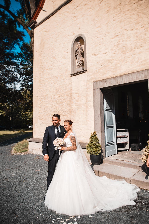 Ehepaar vor Kirche – gesehen bei frauimmer-herrewig.de