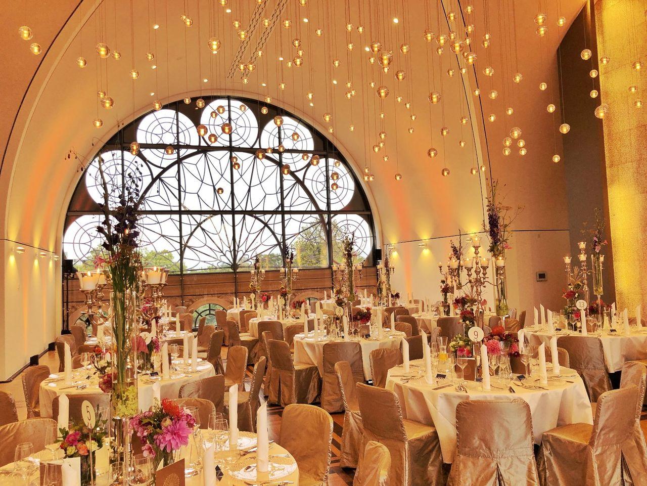 Setting für eine Hochzeitsfeier in der Flora in Köln – gesehen bei frauimmer-herrewig.de