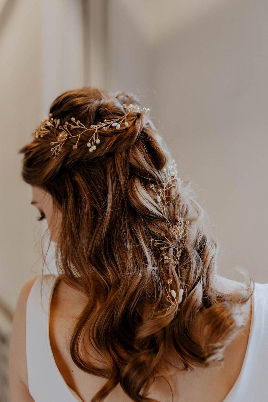 Romantische Brautfrisur mit Haarteil – gesehen bei frauimmer-herrewig.de