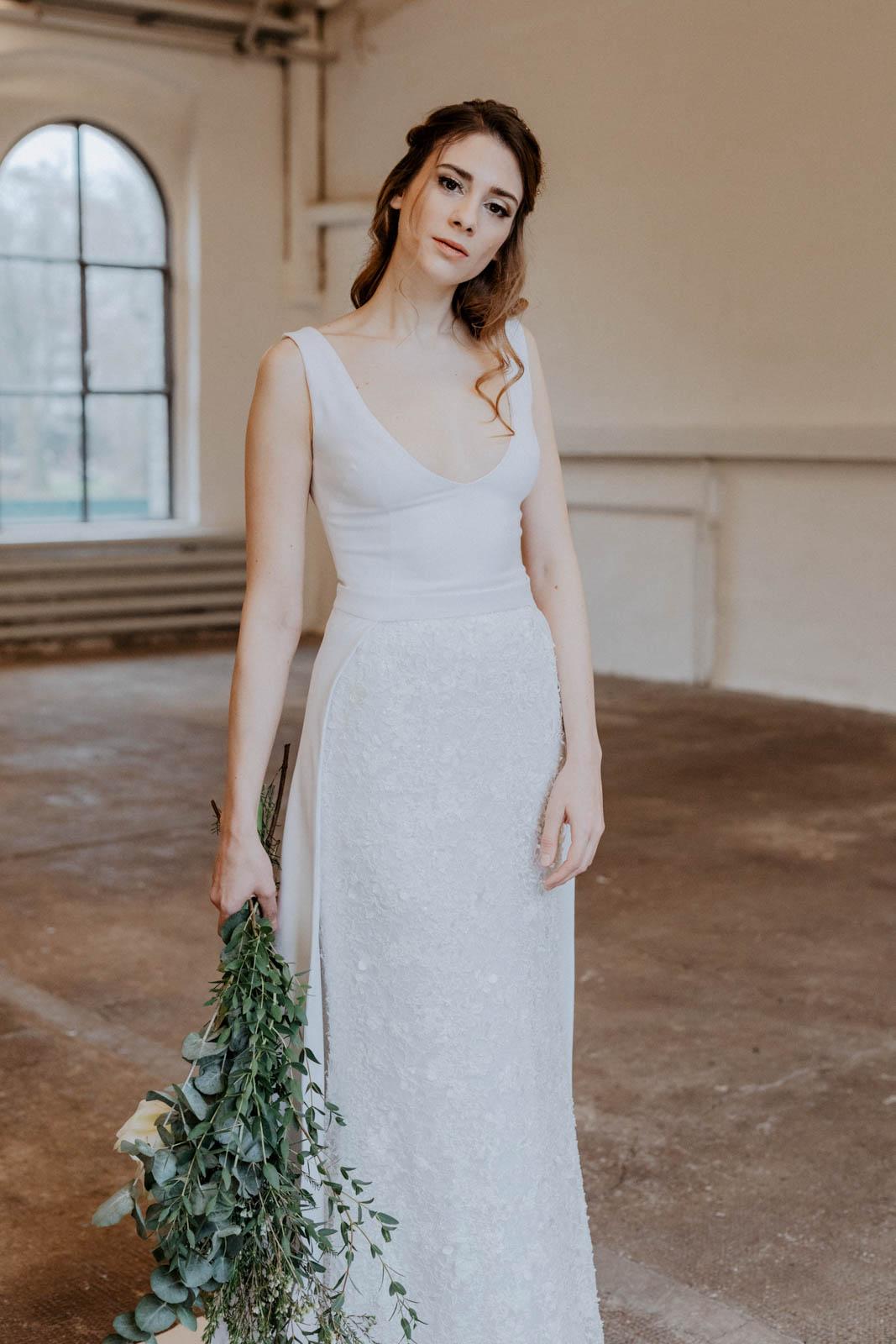 Brautkleid mit filigranen Spitzendetails – gesehen bei frauimmer-herrewig.de