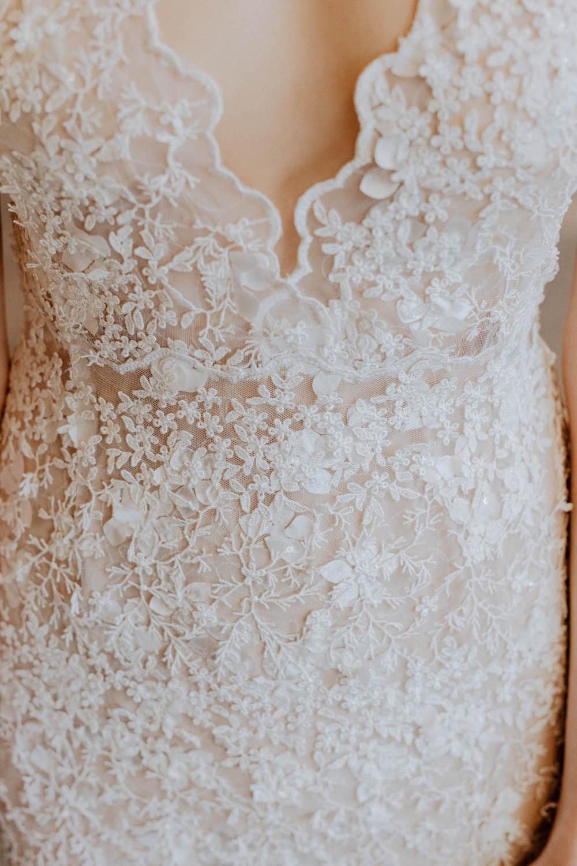 Brautkleid mit floralem Spitzenmuster – gesehen bei frauimmer-herrewig.de