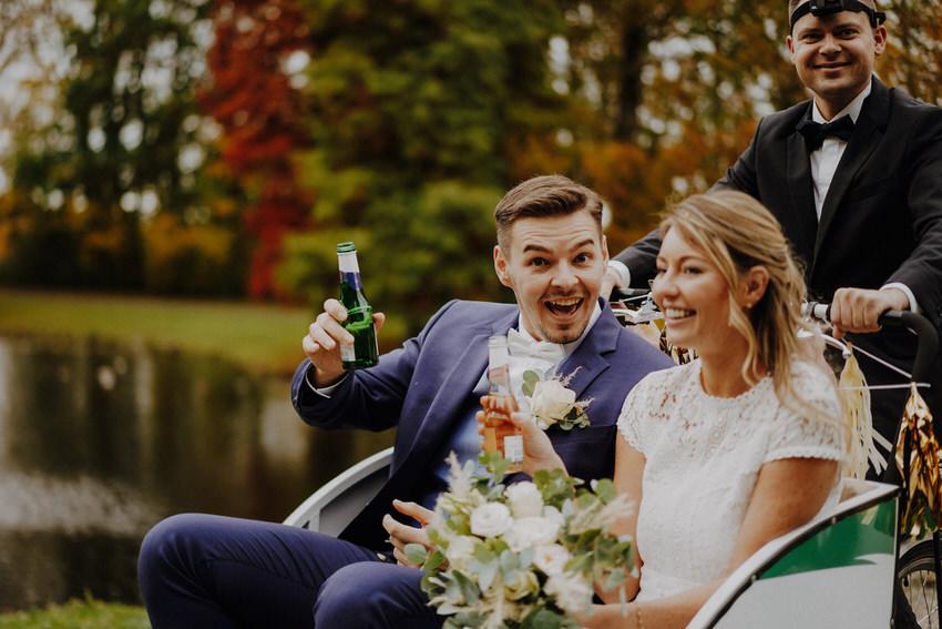 Brautpaar in Rikscha – gesehen bei frauimmer-herrewig.de
