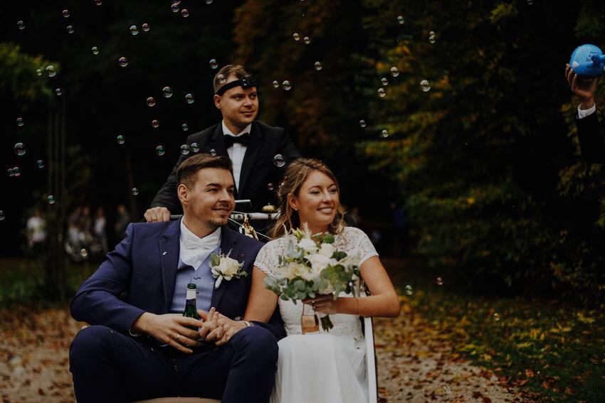 Brautpaar mit Seifenblasen – gesehen bei frauimmer-herrewig.de