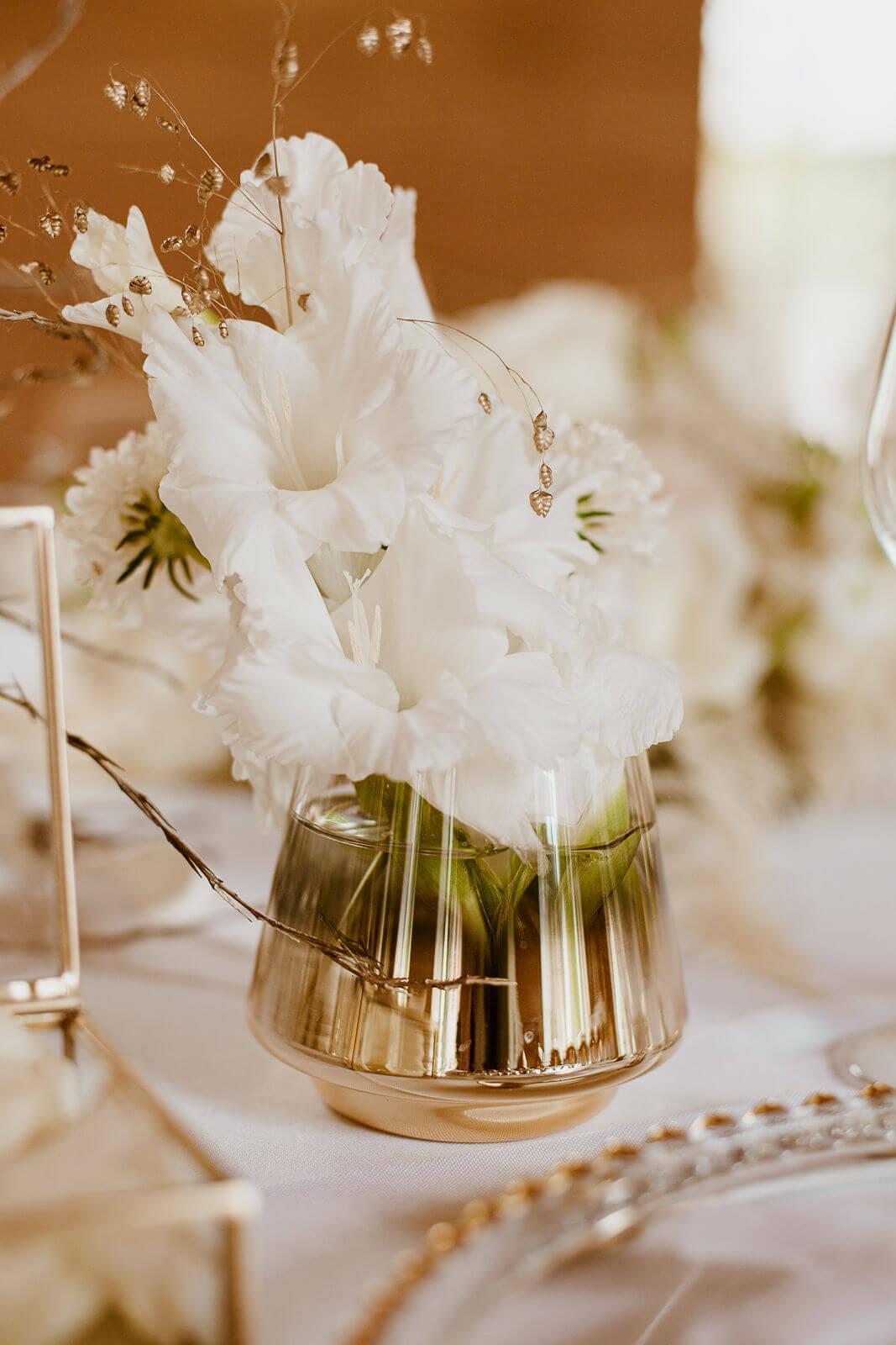 Weiß-goldene Blumendeko Hochzeit – gesehen bei frauimmer-herrewig.de