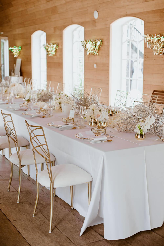 Weiße Hochzeitstafel mit goldenen Akzenten – gesehen bei frauimmer-herrewig.de