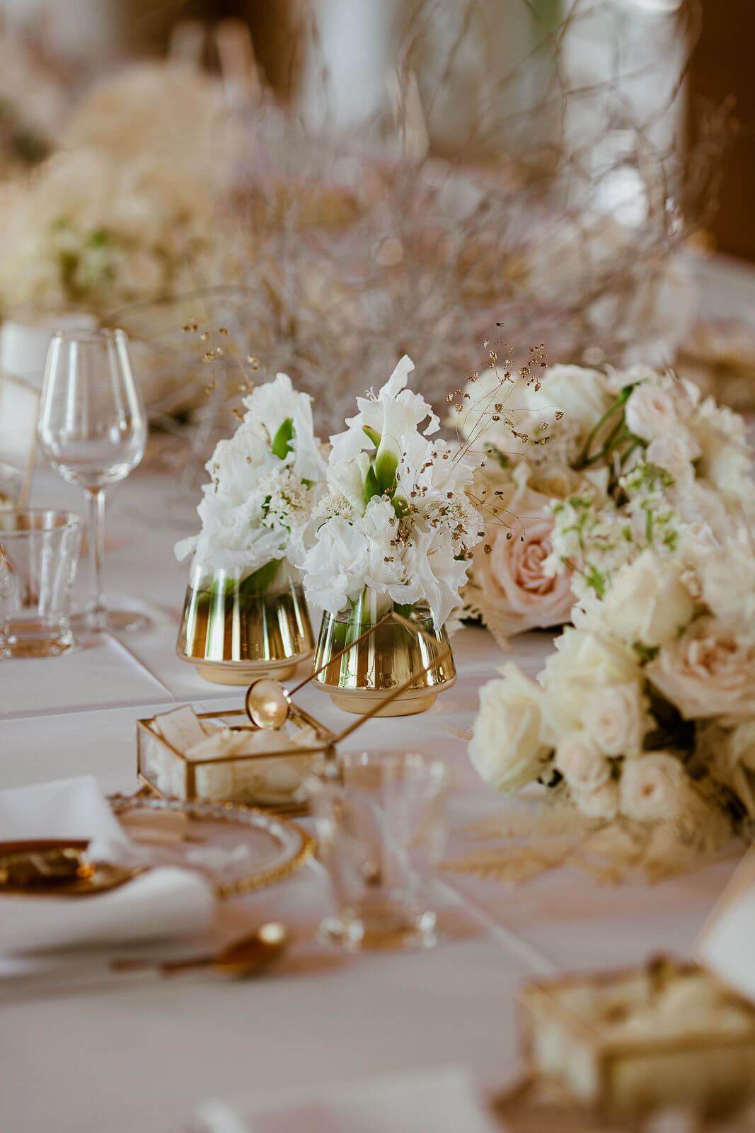 Florale Tischdeko Hochzeit – gesehen bei frauimmer-herrewig.de