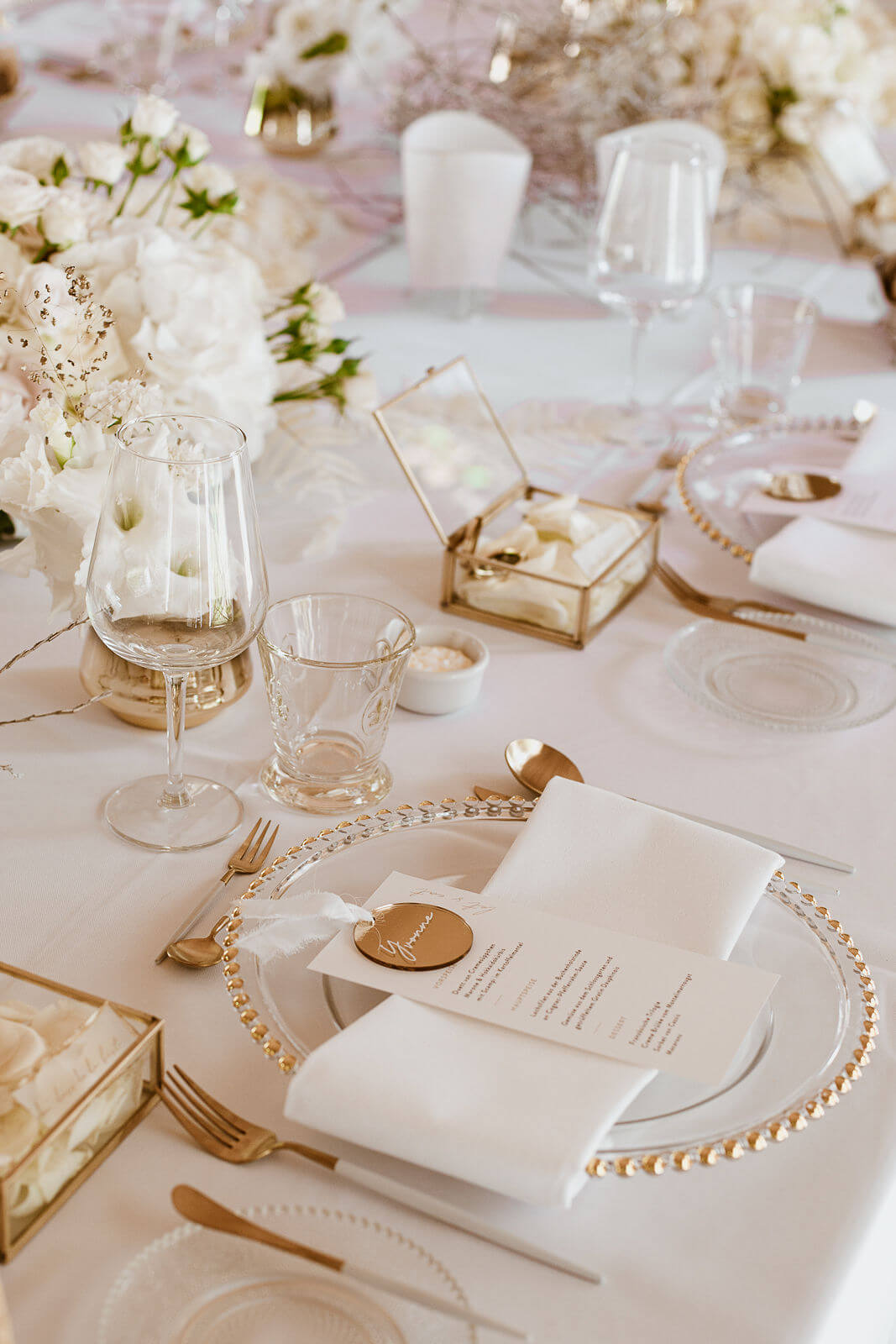 Table Setting in Weiß und Gold – gesehen bei frauimmer-herrewig.de