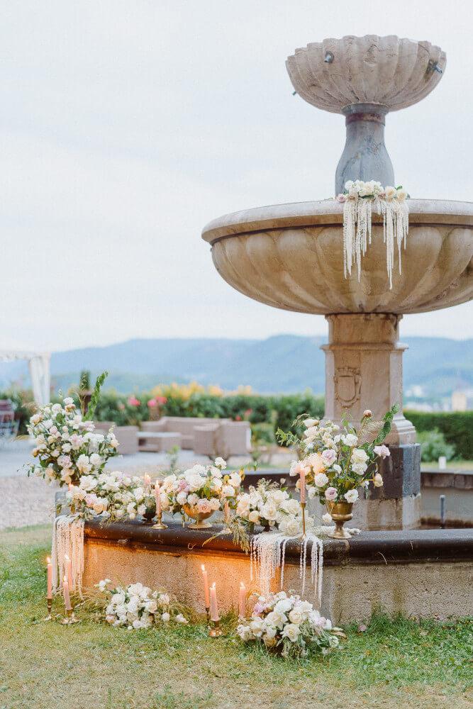 Romantische Blumendeko Hochzeit – gesehen bei frauimmer-herrewig.de
