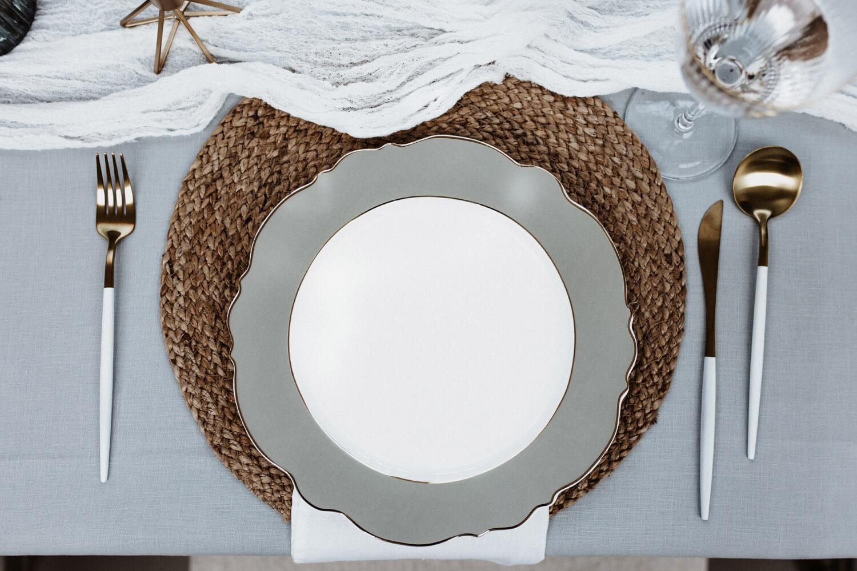 Minimalistische Hochzeitstafel – gesehen bei frauimmer-herrewig.de