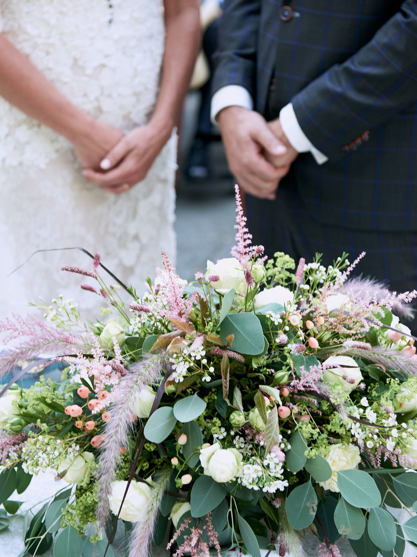 Hochzeitsfotografie mit Brautpaar und Brautstrauß – gesehen bei frauimmer-herrewig.de